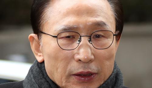 다스 실소유주 의혹을 받고 있는 이명박 전 대통령이 지난 2월 27일 서울 강남구 대치동 사무실로 출근하고 있다. 뉴시스
