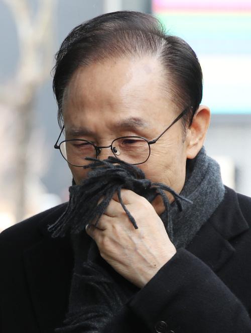 다스 실소유주 의혹을 받는 이명박 전 대통령이 지난 2월 20일 서울 강남구 대치동 사무실에 출근하고 있다. 뉴시스