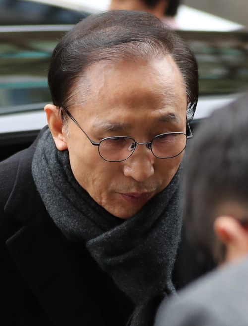 다스 실소유주 의혹을 받고 있는 이명박 전 대통령이 지난 2월 27일 오후 서울 강남구 대치동 사무실로 출근하고 있다. 뉴시스