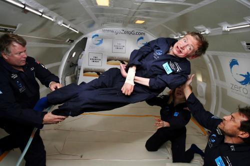2007년 4월 26일 호킹 박사가 미국 플로리다주 케이프커내벌럴의 케네디우주센터(NASA)에서 무중력 상태를 체험하며 기쁨을 감추지 못하고있다. 당시호킹 박사는공중제비돌기에 여덟 차례나 성공하는 등 생애 최고이 나들이를 경험했다.