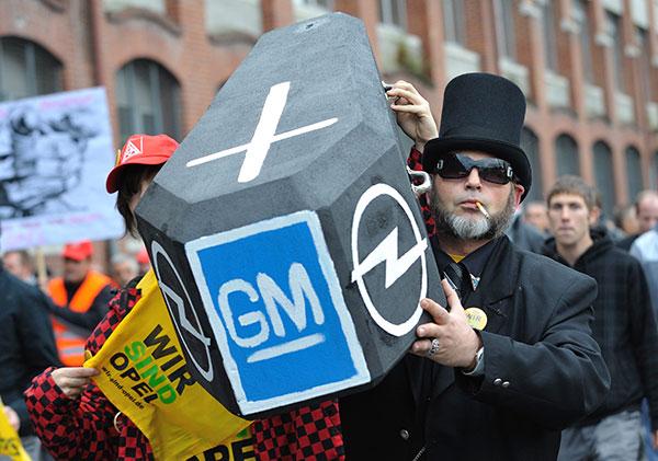 ⓒEPA 2009년 11월5일 독일 오펠의 노동자들이 GM의 구조조정 발표에 항의하며 파업을 벌이고 있다.