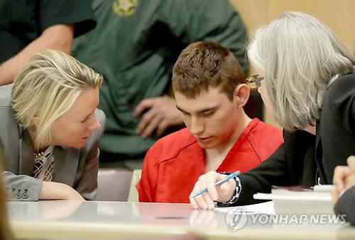 법정에 출석한 미 플로리다 고교 총격범 니콜라스 크루스