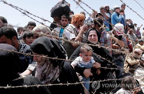 필사적으로 터키·시리아 국경을 넘는 시리아 난민 [EPA=연합뉴스 자료사진]