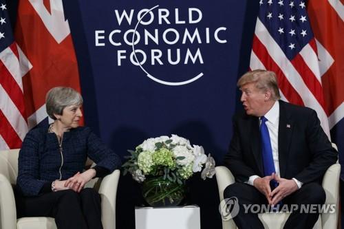 트럼프-메이 회담 도널드 트럼프 미국 대통령(오른쪽)과 테리사 메이 영국 총리가 지난 1월 25일(현지시간) 스위스 다보스에서 열린 세계경제포럼 행사를 계기로 만나 회담하는 모습 [AP=연합뉴스]