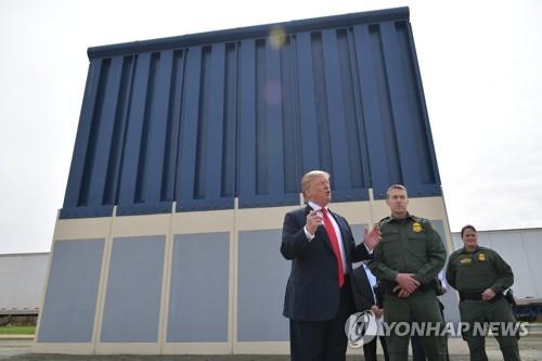 국경장벽 시제품 둘러보는 트럼프 대통령 [AFP=연합뉴스]