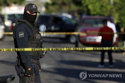 살인 사건 현장을 지키는 멕시코 경찰 [AFP=연합뉴스 자료 사진]