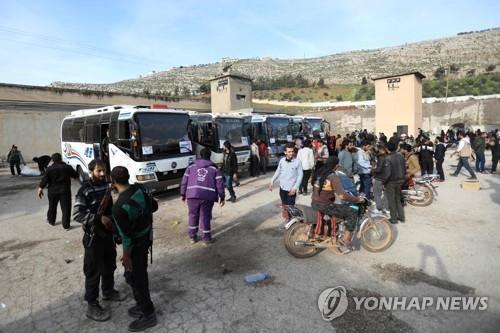 포위 지역 동구타를 벗어나는 주민을 태우려고 대기하는 차량 [AFP=연합뉴스]