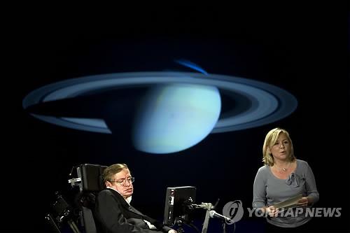 우주를 사랑하다 우주로 간 천재 물리학자 (런던 AFP=연합뉴스) 영국의 세계적 이론물리학자 스티븐 호킹 박사가 딸 루시와 함께 2008년 4월 미국 워싱턴DC의 조지워싱턴대에서 '왜 우리는 우주로 가야 하는가'라는 주제로 강연하고 있다.