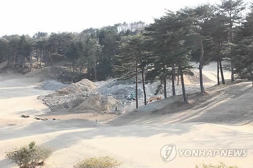 후쿠시마의 제염작업 2013년 일본 후쿠시마(福島) 현 미나미소마(南相馬)시의 한 골프장에서 중장비로 땅을 깎아내는 작업이 진행되는 모습. 후쿠시마 제1원전 부근 곳곳에선 이 같은 제염작업이 이뤄졌다. [연합뉴스 자료사진]