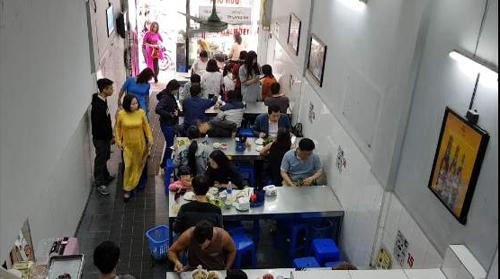 점심 시간이 지나도 손님으로 가득한 오바마 분짜 식당