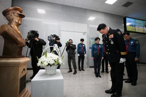 안병하 흉상 참배하는 이철성 경찰청장