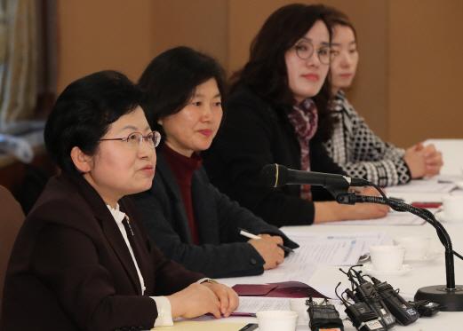 정현백 여성가족부 장관이 15일 서울 중구 프레스센터에서 열린 '미투 공감·소통을 위한 제2차 간담회'에서 모두발언을 하고 있다. /연합뉴스