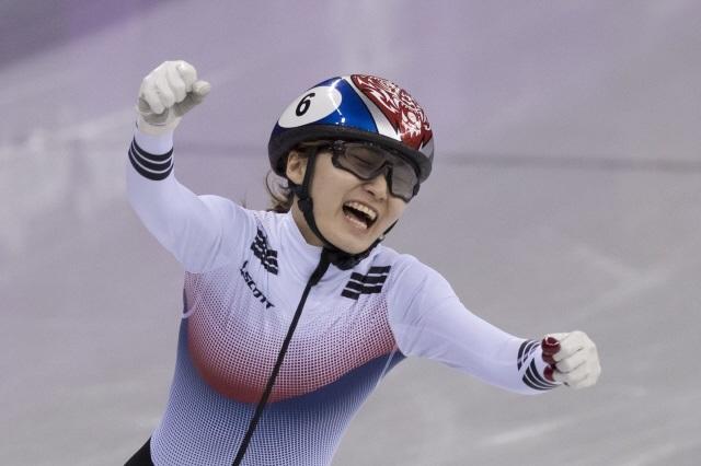 최민정이 2018 평창겨울올림픽 쇼트트랙 여자 1500m에서 1위로 들어온 뒤 환호하고 있다.  김성광 기자