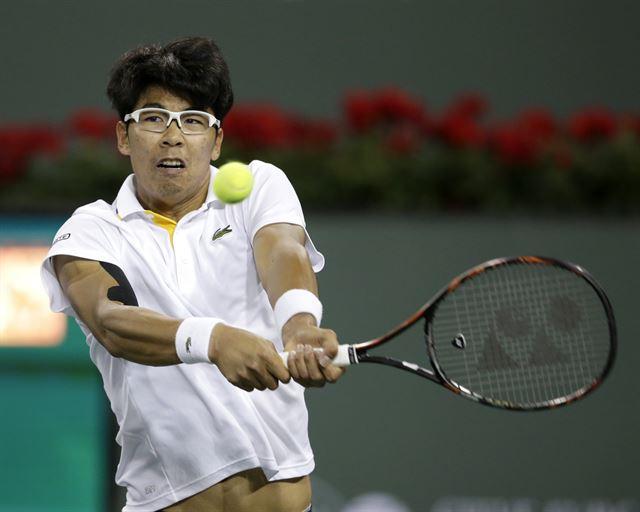 정현이 16일 미국 캘리포니아주 인디언웰스 테니스 가든에서 열린 ATP투어 BNP파리바 오픈 8강전 로저 페더러와 경기에서 백핸드 샷을 하고 있다. 인디언웰스=EPA 연합뉴스