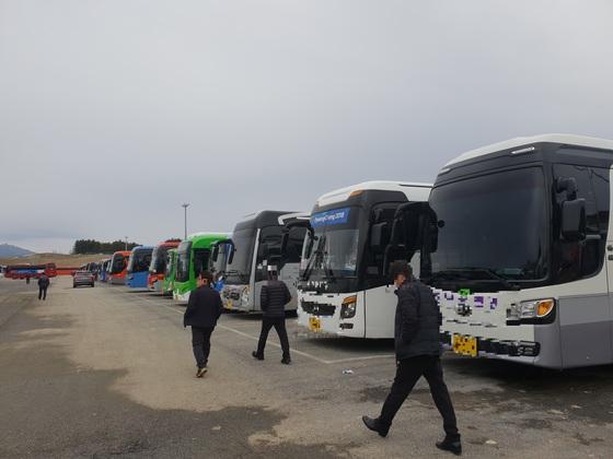 평창 패럴림픽에 투입된 버스기사들이 강원도 평창군 대관령면 용산리 횡계차고지 주차된 자신의 차량으로 이동하고 있다. 박진호 기자