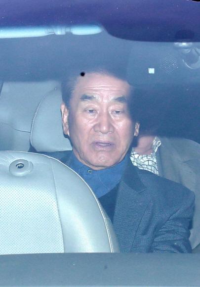 MB 자택서 나오는 이재오 - 20일 이 전 대통령 자택을 방문한 이재오 전 의원이 차량을 타고 집을 나서고 있다. 박지환 기자 popocar@seoul.co.kr