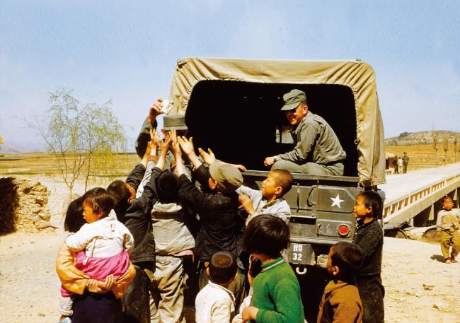 대구로 가는 길에 아이들에게 샌드위치를 나눠주는 미군 병사들. [클리퍼드 스트로버스]