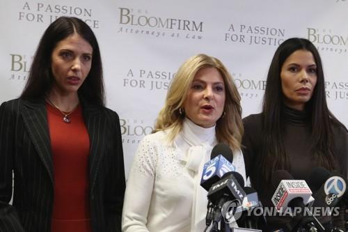 스티븐 시걸의 성폭행 혐의를 고발하는 여성들 파비올라 데이디스(왼쪽), 변호사 리사 블룸(가운데), 레지나 시몬스(오른쪽) [AFP/게티이미지=연합뉴스]