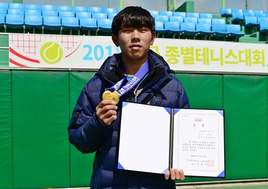 전국종별테니스대회 18세부 남자 단식 정상에 오른 유진석. 사진= 대한테니스협회 미디어팀