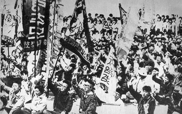 1988년 4월 열린 '4·3 추모제 및 진상규명 촉구대회'에서 제주 지역 대학생들이 구호를 외치고 있다. 한겨레