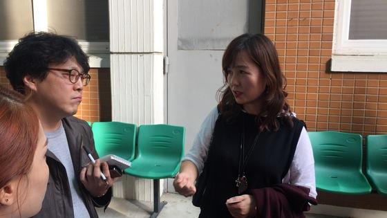 공지영 작가가 지난해 9월 29일 사기 등의 혐의로 기소된 A목사의 1심 재판이 열린 전주지법 3호 법정 앞에서 취재진의 질문에 답하고 있다. 전주=김준희 기자