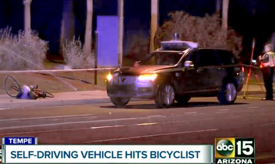 18일(현지시간) 미국 애리조나주 템페에서 우버 자율주행차가 보행자를 치어 숨지게 한 사건과 관련해 경찰이 현장 조사를 벌이는 모습을 ABC-15 방송이 촬영했다. [AP=연합뉴스]