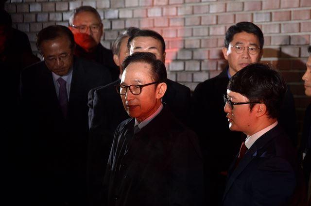 22일 밤 법원이 이명박(77) 전 대통령에 대한 구속영장을 발부한 가운데 이 전 대통령이 서울 동부구치소로 이송되기 위해 차량에 탑승하고 있다. 한국일보 자료사진