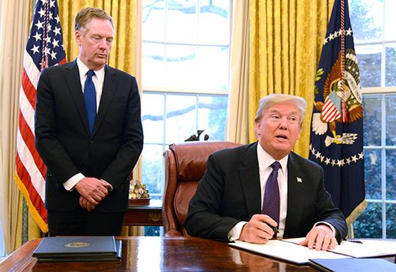 도널드 트럼프 미국 대통령(오른쪽)과 로버트 라이트하이저 미 무역대표부(USTR) 대표. 세계 무역시장에 평지풍파를 일으키고 있다. [EPA=연합뉴스]