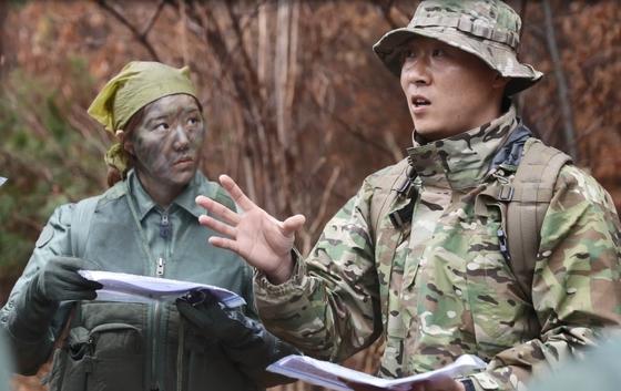 공군 생환교육대 허준 교관(오른쪽)이 훈련에 참가한 조종사들에게 생환 기술을 알려주고 있다. [사진 공군]