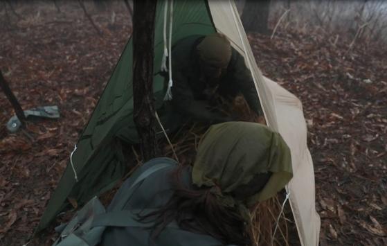 낙하산으로 은신처를 만들고 내부에 갈대를 넣어 보온제로 활용했다. [사진 공군]