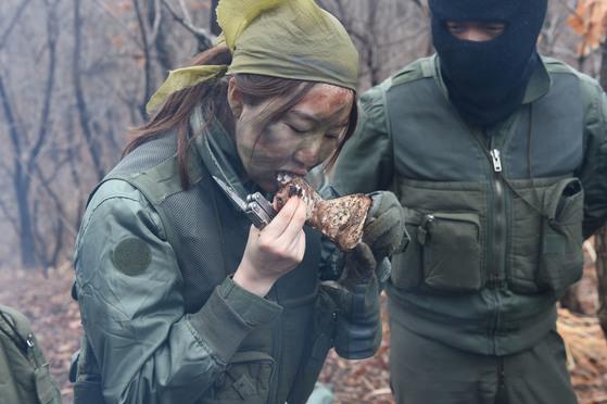 영양소 섭취를 위해 야생동물을 익혀 먹으며 극한의 상황을 견뎌냈다. 전민경 인턴기자(왼쪽)와 공군 조종사. [사진 공군]