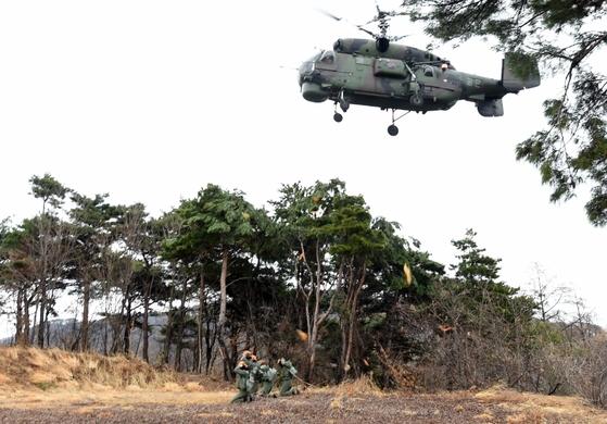 공군 조종사 생환 훈련에서 구조에 나선 공군 탐색구조헬기가 접근하고 있다. [사진 공군]