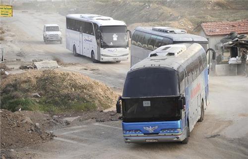 시리아 동구타 지역에서 주민과 반군들을 태우고 떠나는 버스 행렬 [타스=연합뉴스]