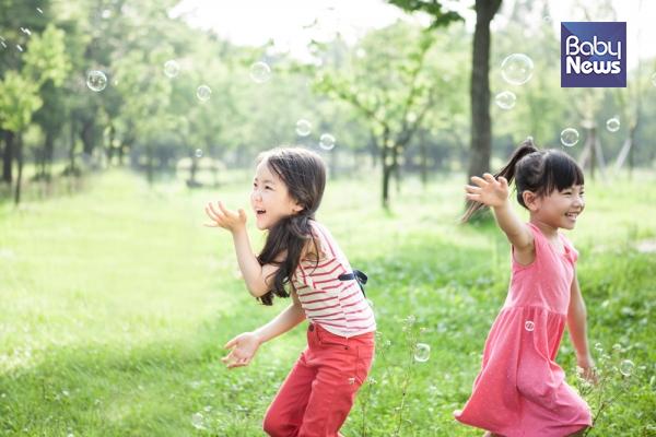 아이들의 놀이에서 가장 중요한 것은 아이의 호기심과 흥미에서 출발하고 관찰할 수 있는 시간을 충분히 허락하는 것이다. 더욱 중요한 것은 아이의 놀이를 격려하는 부모님의 정서적 지지이다. ⓒ베이비뉴스