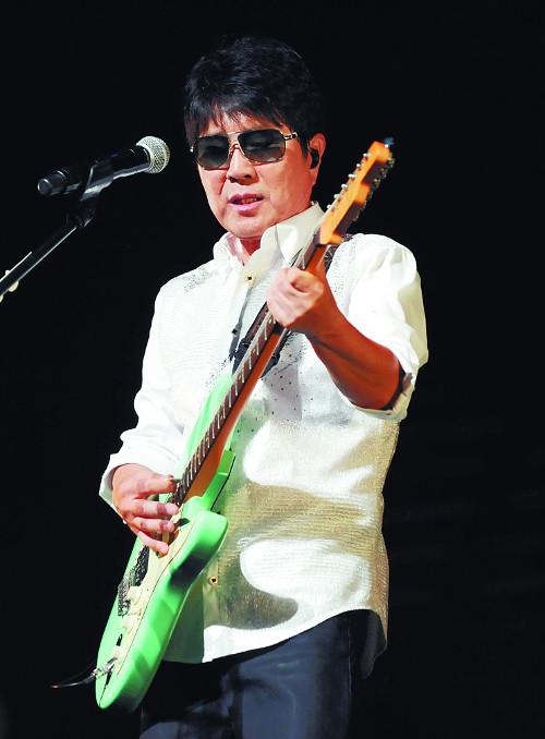 가수 조용필이 2013년 일본 도쿄에서 열린 콘서트에서 기타 연주를 하고 있다. 조용필은 그 해 19집 '헬로'를 한일 양국에서 발표했고 동명 타이틀곡으로 가요 순위 1위를 차지하기도 했다. 뉴시스