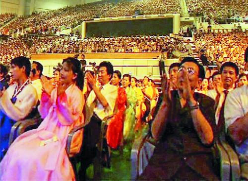 조용필 단독 콘서트가 열린 2005년 8월 북한 평양 류경정주영체육관을 가득 메운 7000여명의 관객이 박수를 치며 공연을 즐기고 있는 모습. 뉴시스