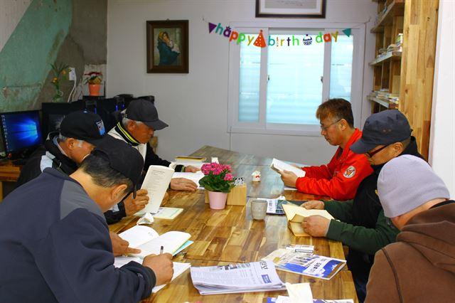 지난 26일 인천 화수동 희망센터를 찾은 노숙자들이 독서하고 있다.