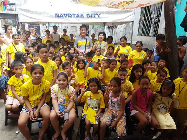 지난 23일 필리핀 마닐라 나보타 현지 민들레국수집을 찾은 아이들과 관계자들이 기념촬영을 하고 있다. 민들레국수집 제공