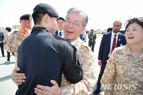 【아부다비(아랍에미리트)=뉴시스】전신 기자 = 문재인 대통령이 27일 아랍에미리트 아부다비 아크부대를 방문해 부대원들과 포옹하고 있다. 2018.03.27.    photo1006@newsis.com