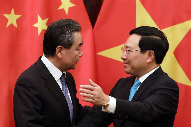베트남을 방문 중인 왕이(왼쪽) 중국 외교부장이 지난 1일 하노이에서 팜 빈 민 베트남 부총리겸 외무장관과 회동하고 있다. 이들은 양국 관계가 매우 긍정적인 방향으로 가고 있다고 밝혔지만, 베트남 일반인들의 생각은 많이 다르다. 하노이=EPA 연합뉴스