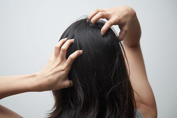 머리 감을 때는 손톱보다 손가락 끝을 이용해 지압하듯 문지르는 것이 좋다./사진=헬스조선 DB