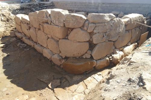 주택 아래에서 발굴된 조선시대 성벽 [김해시 제공=연합뉴스]