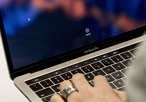 터치바에 기본적인 시스템 제어 키를 포함시킨 애플 맥북 프로. (사진=씨넷)