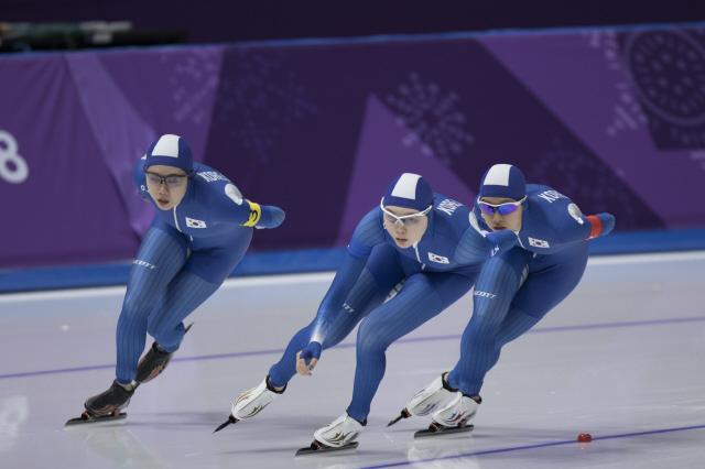 박지우(왼쪽부터), 노선영, 김보름 선수가 2월21일 강릉빙상장에서 열린 평창올림픽 팀추월 7~8위 결정전에서 달리고 있다. 김성광 기자 flysg2@hani.co.kr