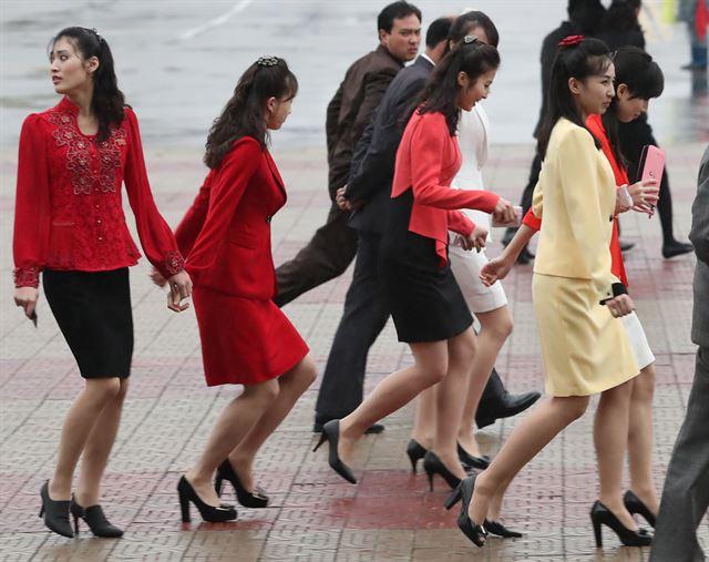 3일 오후 평양 류경정주영체육관앞에서 열린 '북남 예술인들의 련환공연무대 우리는 하나'를 관람한 뒤 귀가하는 여성들