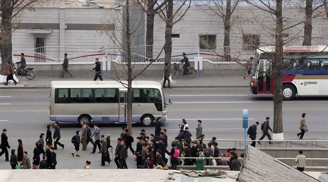 3일 평양 고려호텔 앞에서 평양 시민들이 출근하는 모습이 남한의 출근길과 다르지 않다.