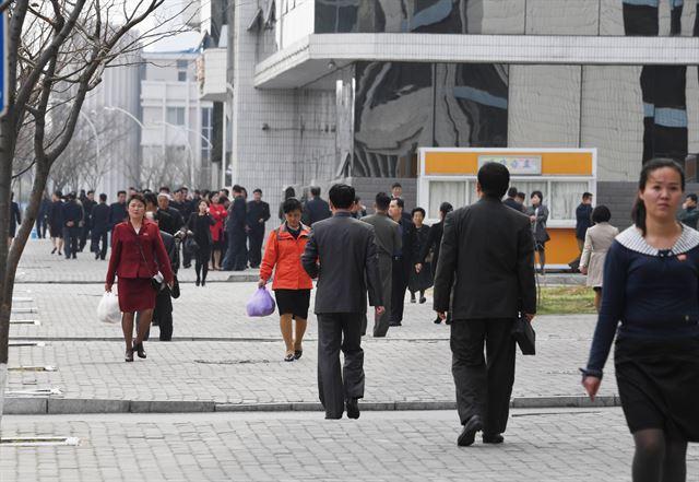 점심시간 평양시민들이 거리를 걷고 있다.