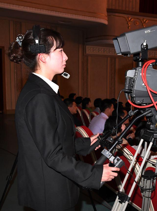 공연 중계 카메라를 담당하는 북측 여성 카메라맨