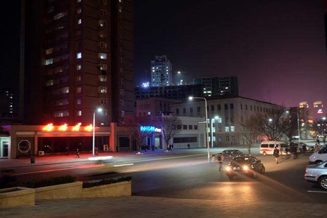 고려호텔 앞 창광거리의 야경. 불야성을 이루는 남측 도심과는 차이가 있다.