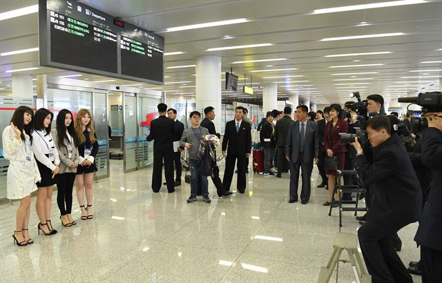 평양순안공항에서 북측 기자단이 가수레드벨벳의 입국 기념사진을 찍고 있다.